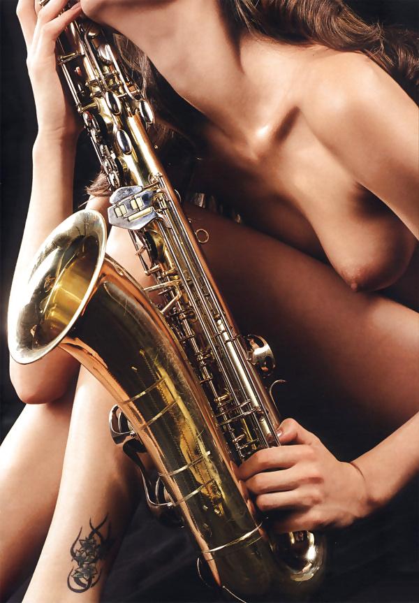 naked-women-playing-saxophone