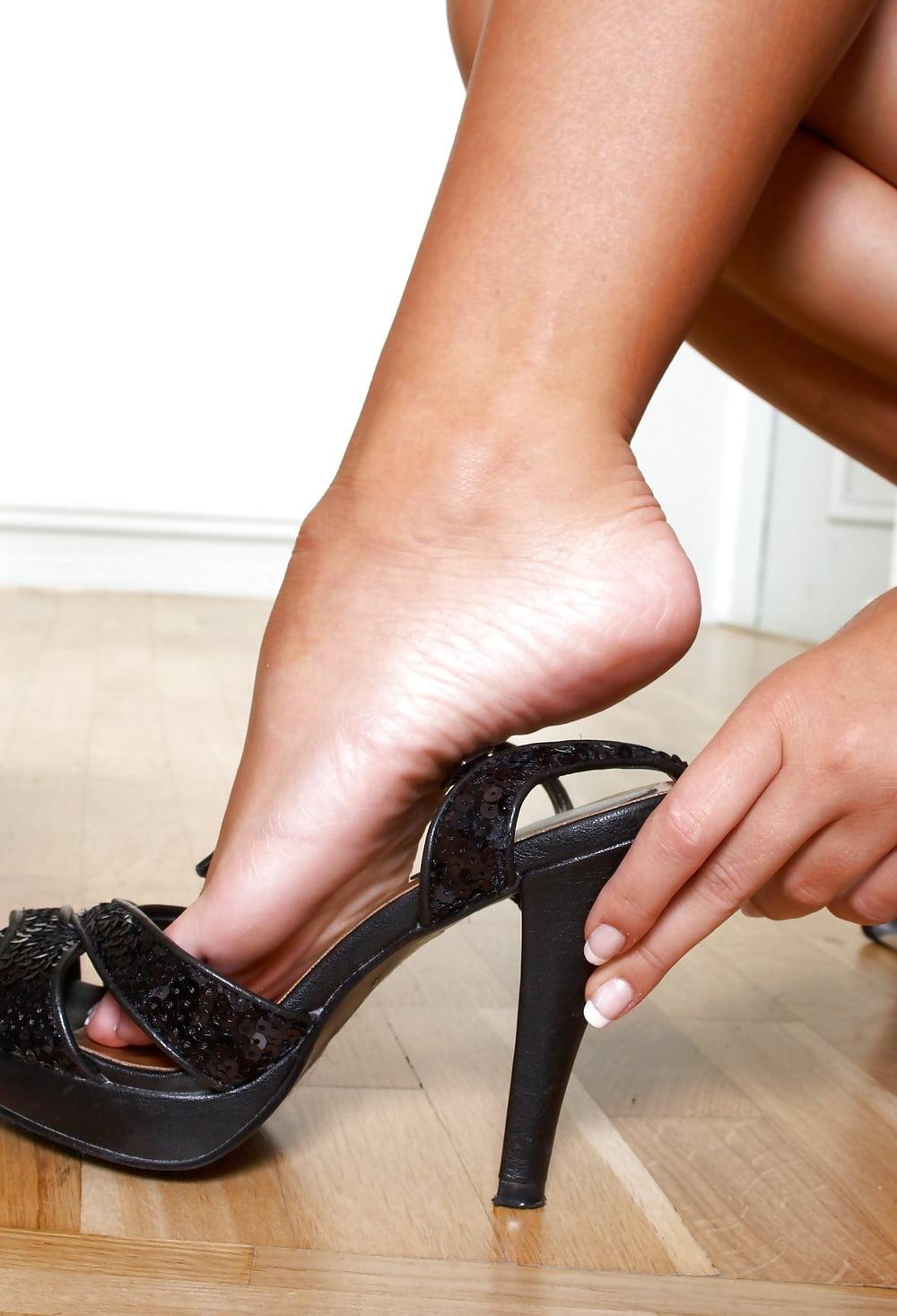 женские ступни в офисе постояла молча