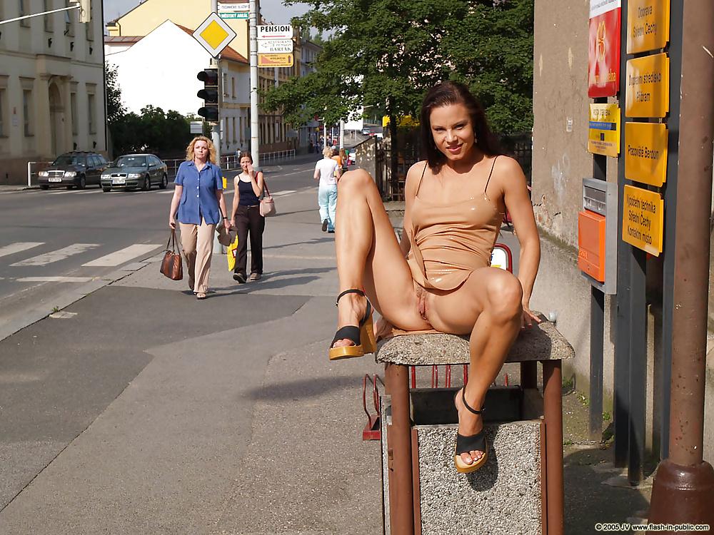зрелая голая на публике видео - 14