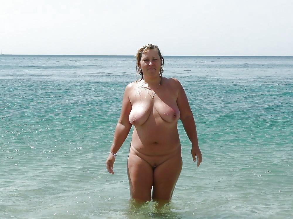 На пляже порно онлайн каждый