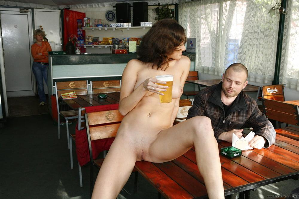 надо голая женщина в баре порно этого раздался