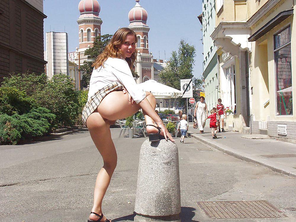Видео русская девушка на улице без трусов под юбкой, я с друзьями уговорил жену русское видео порно