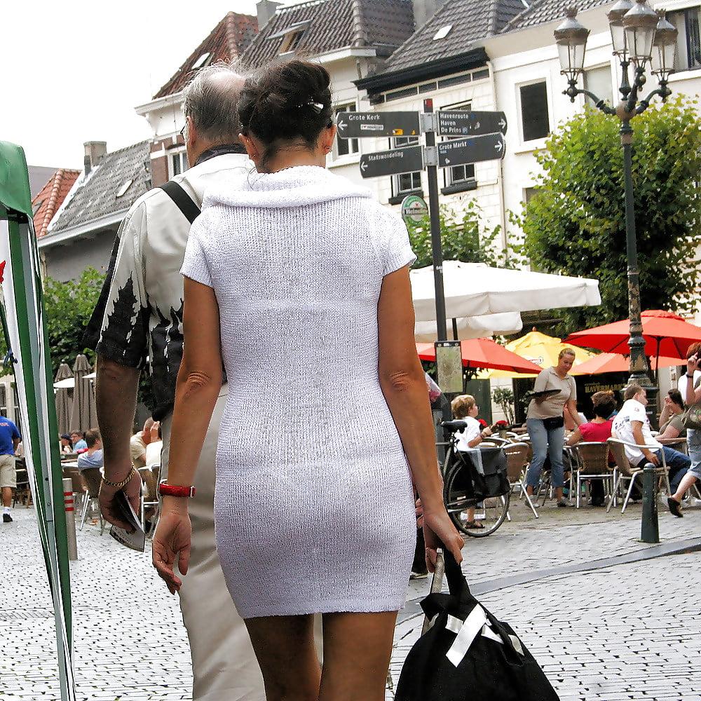 У девушек через одежду просвечивается попа