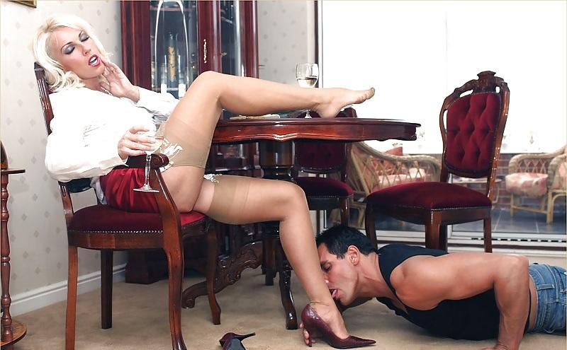 Девушка в босоножках порно видео 10