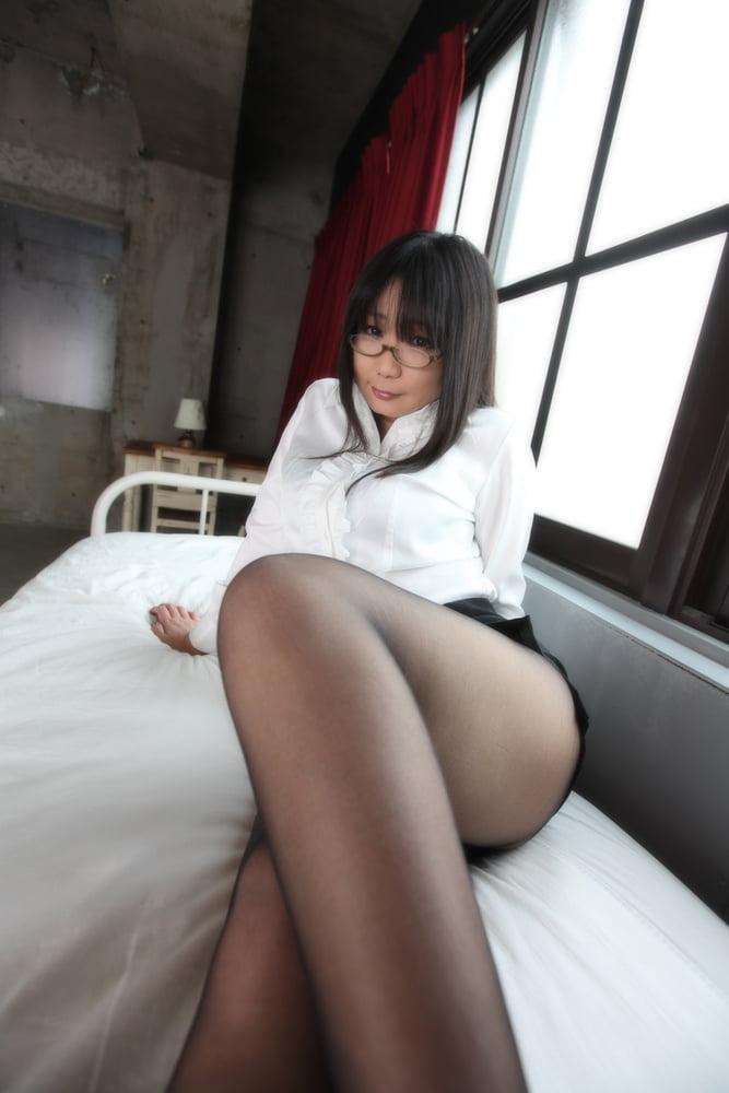Japanese girl black pantyhose - 15 Pics