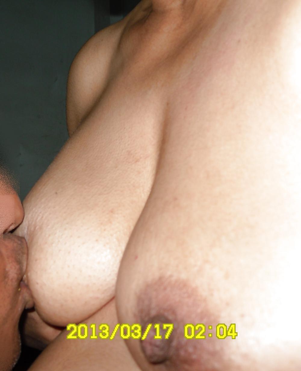 Муж сосет молоко жены порно