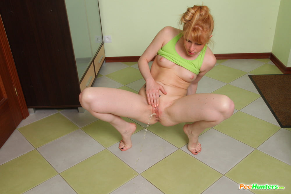 Naked girl pissing on floor — pic 1
