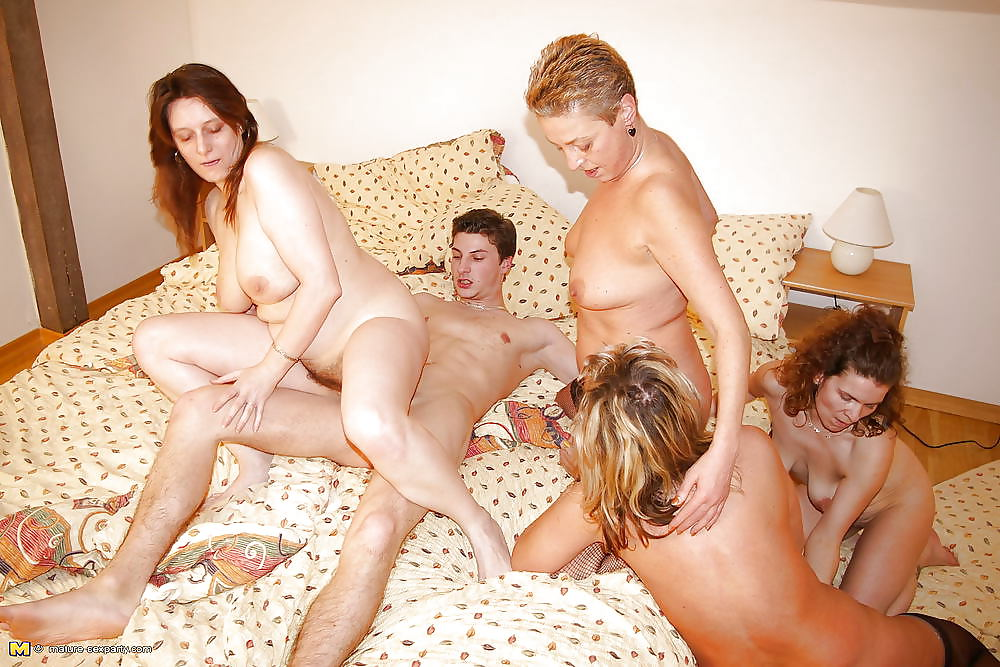 nude-group-moms-and-boy-cubby-women-nud