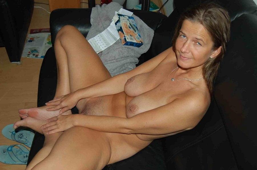 Sexy Amateur Housewife Rhonda Nude
