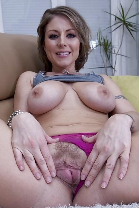 Зрелая женщина показывает свои прелести #9