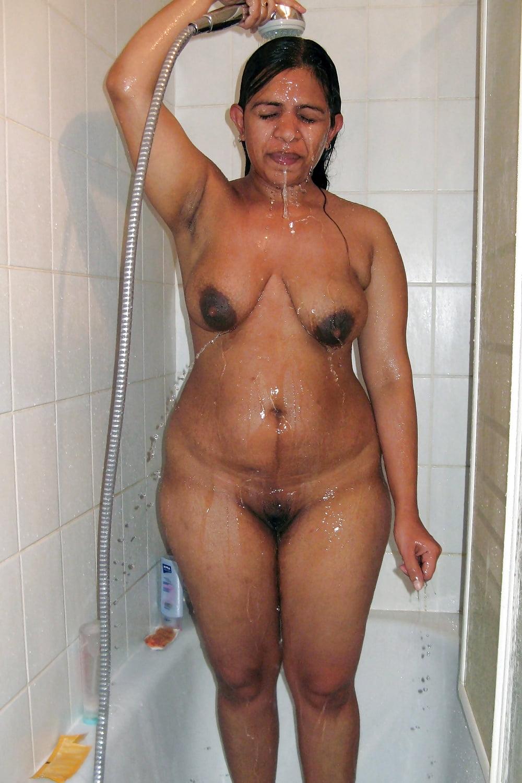 bathing-nude-house-wife