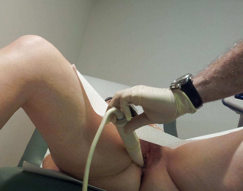Sexy babe gets an orgasm during gyno exam
