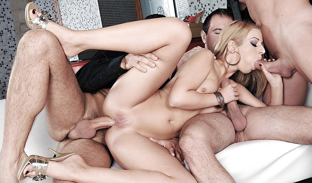 Секс вчетвером одна девушка домашнее порно