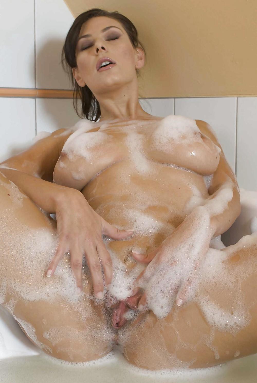 Порно помыл сиськи, мокрые женские попки стоят раком фото и видео