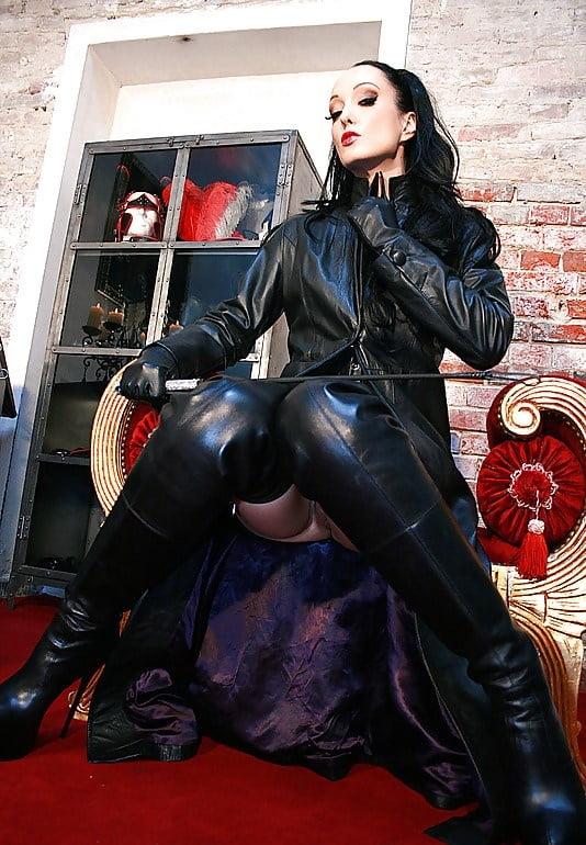 Шикарная женщина в кожаном плаще порно видео