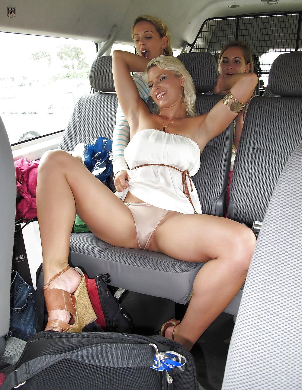 porno-razdvinutie-nogi-v-transporte-foto