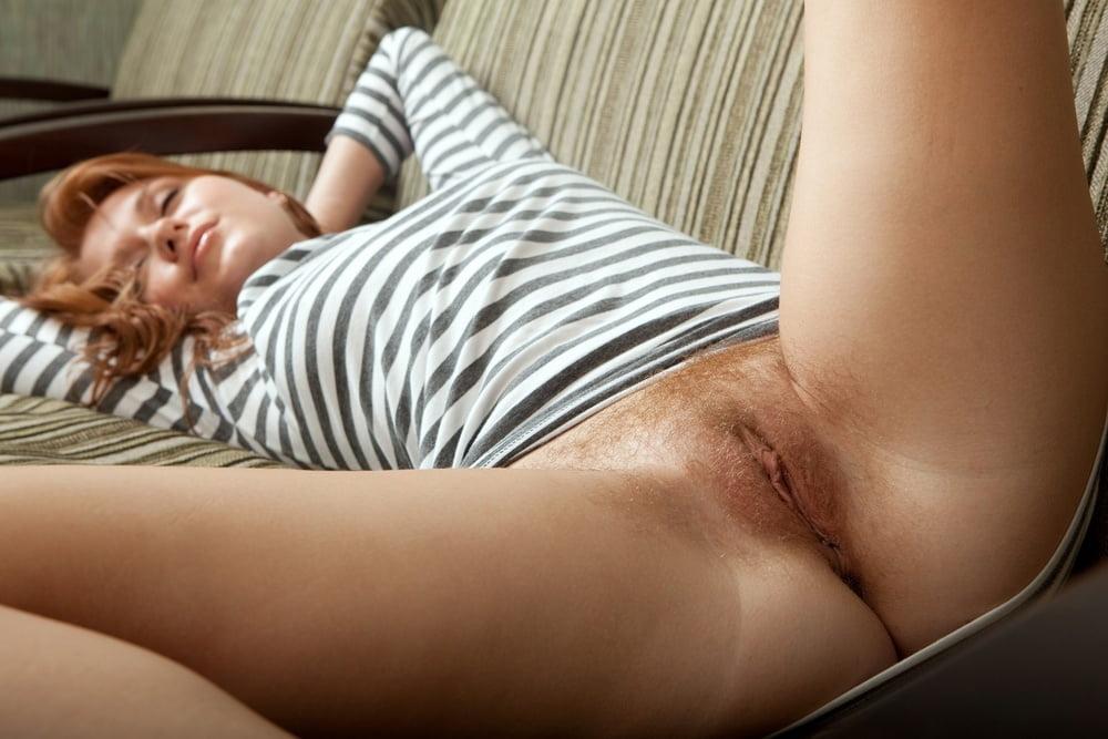 молодая девушка во сне натирает промежность только что онлайн