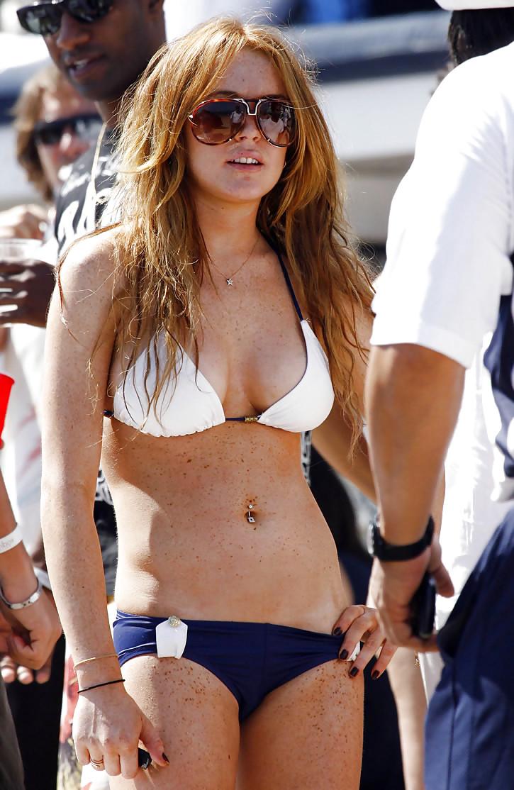 Lindsay lohan shows off her incredible bikini body in new photo