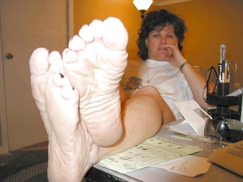 drochit-massazhiroval-nogi-teshe-konchili-pizdu