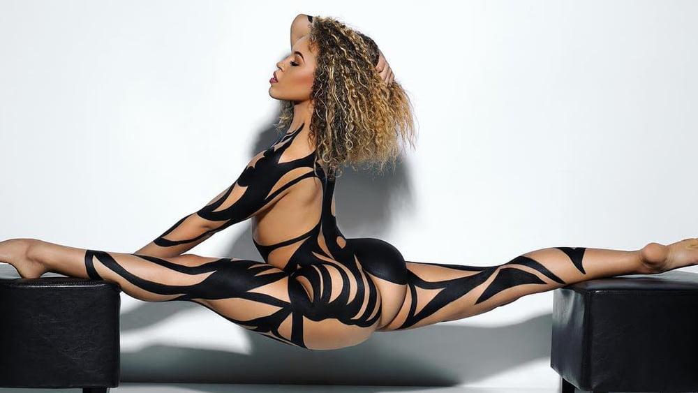 Heidi Klum Does A Sexy Dance In New Savage X Fenty Lingerie