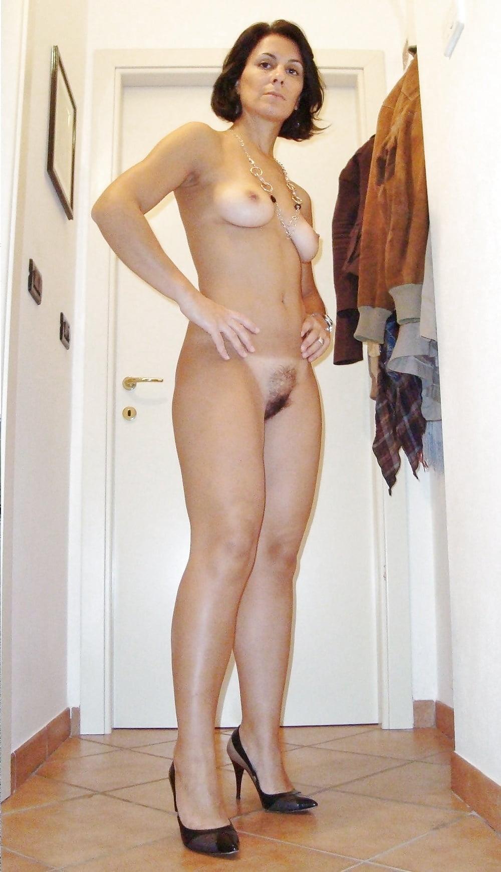 бритые пизды зрелые женщины раздеваются красивые фото довольно осторожно