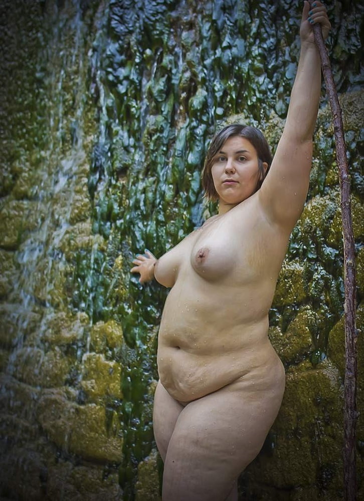 Chunky nude amateur lady wearing glasses