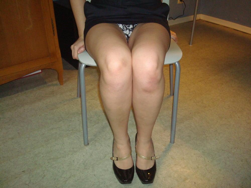 Порно девушка сидит и видно между ног видео трахать большие