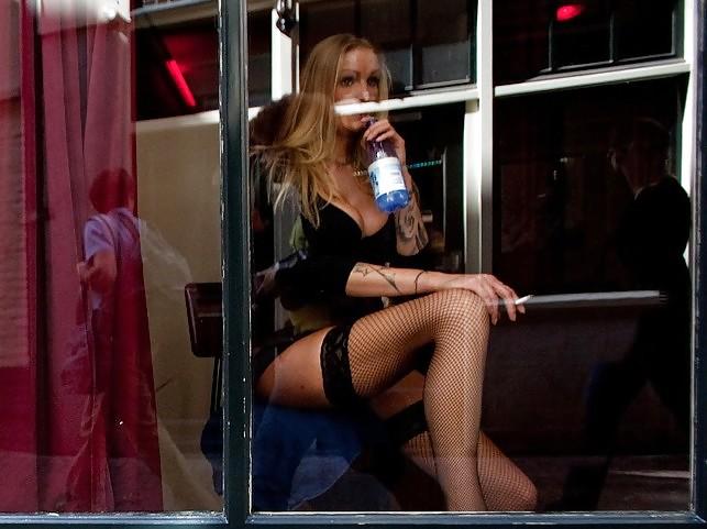 Проститутки за стеклом проститутки венерические заболевания