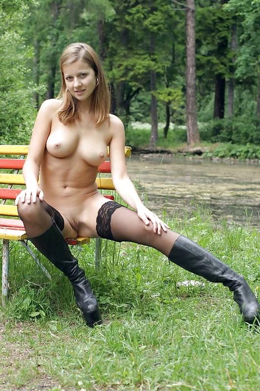 Обнаженная голые девушки с большими сиськами мастурбирующие в парке домашнее порно