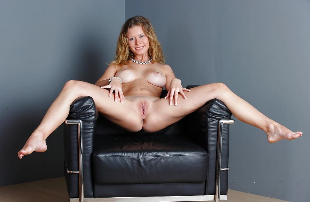 Порно раздвинула ножки на кресле — pic 14
