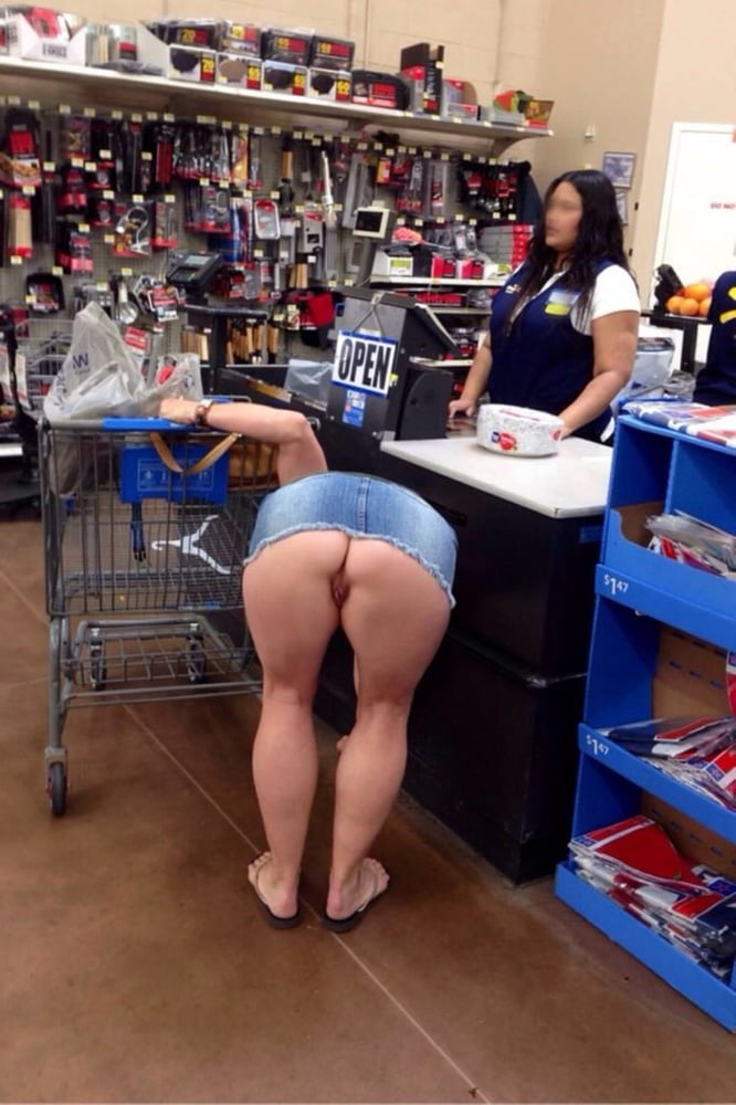 Flash Pussy In The Supermarket