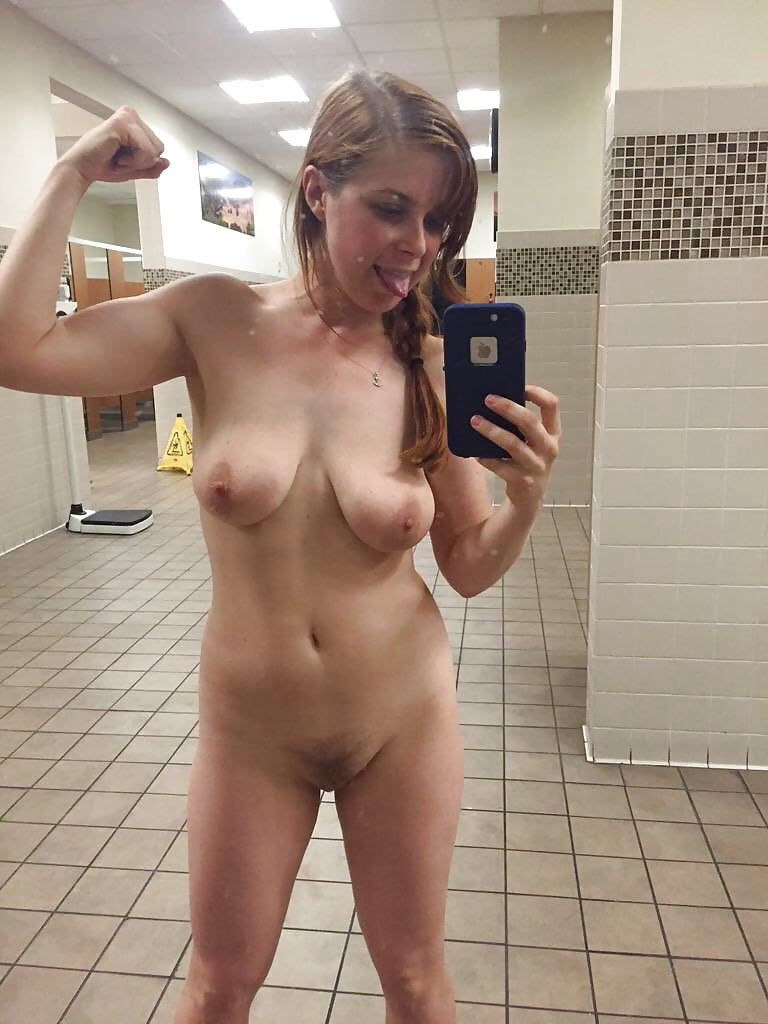nude-selfshots-in-the-gym