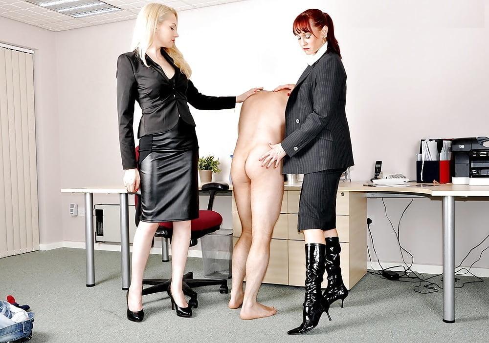 дверь, начальница доминирует над подчиненной порно все
