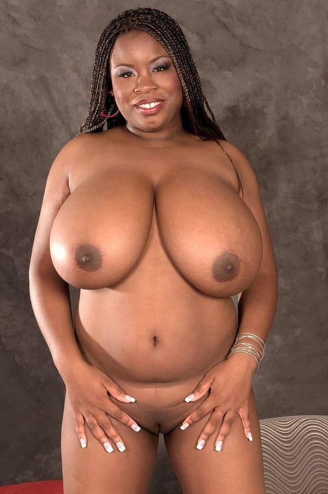 Chica negra con teta grande