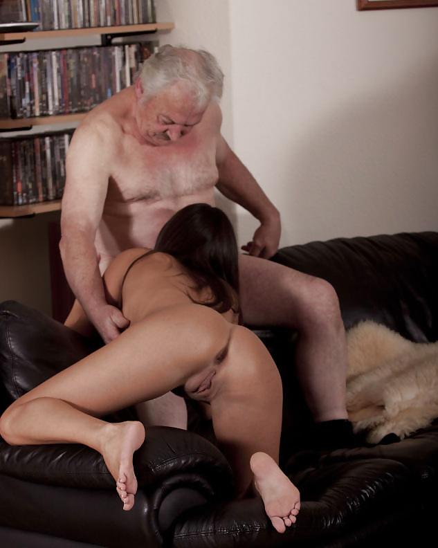 Порно молодая девушка ублажает ртом старика