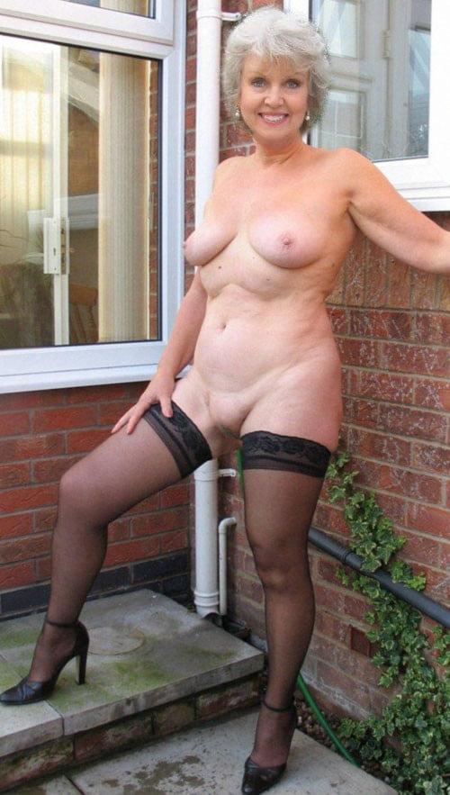 Приколы про зрелых матюрок, голая жена дрочит мужу на публике