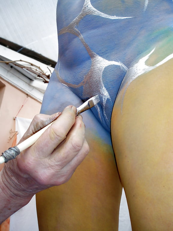 girl-gets-vagina-painted-nude
