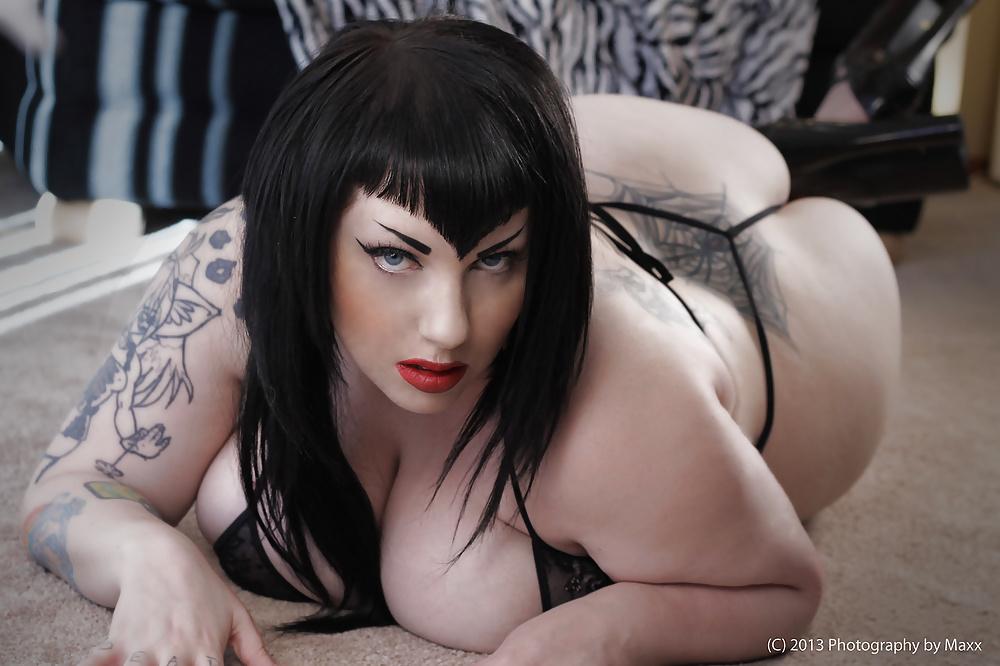 Gothic nude babe — img 9