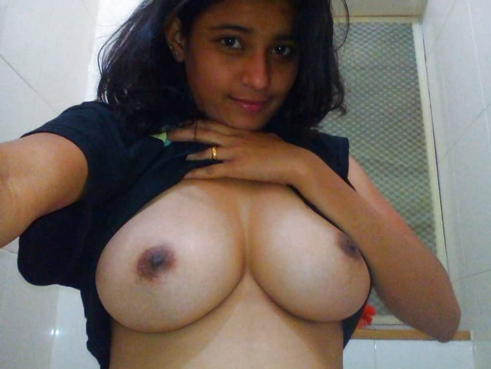 delhi-girls-showing-boobs