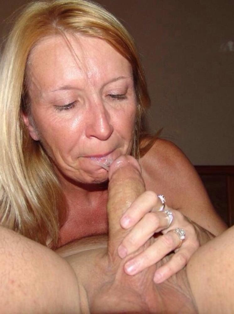 Mature lady sucking cock