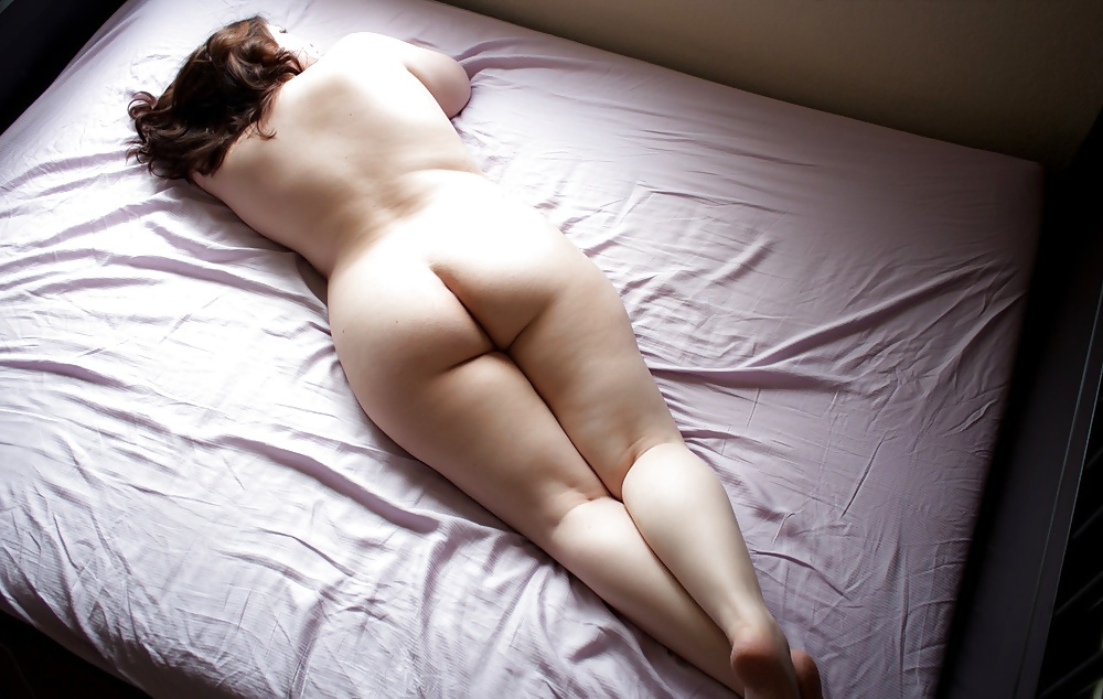 Naked girls on bed show ass — pic 12