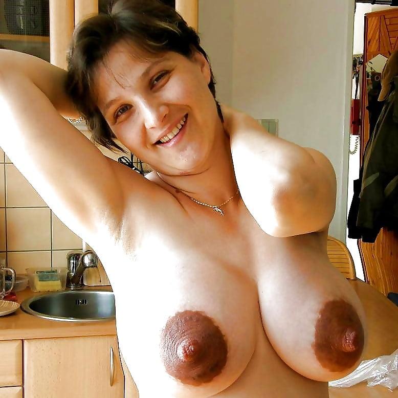 Тощие сиськи и большие коричневые соски зрелых баб фото