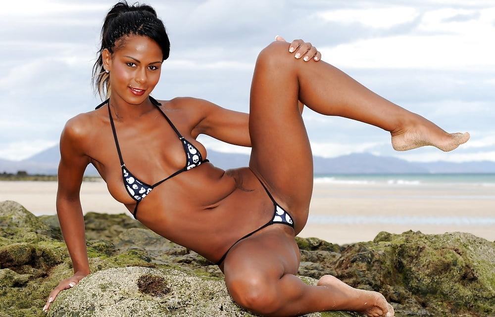 Красивые девушки в бикини раздвигают ноги фото 5