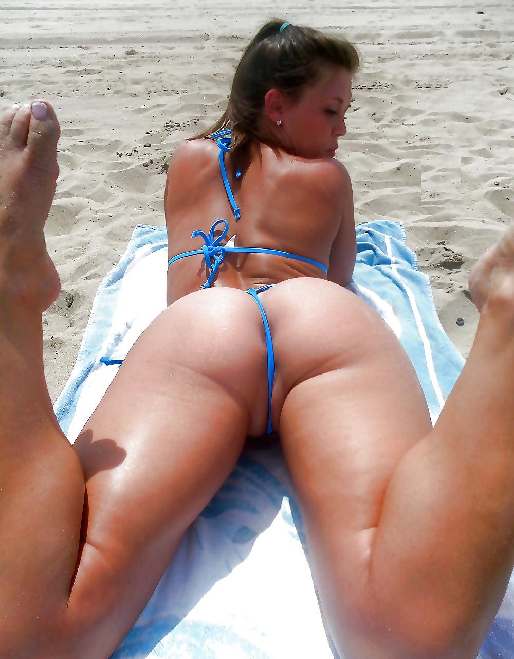 Засвеченные попки на пляже в бикини, мужик меряет свой член