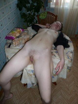 Tisch dem nackt auf Auf dem