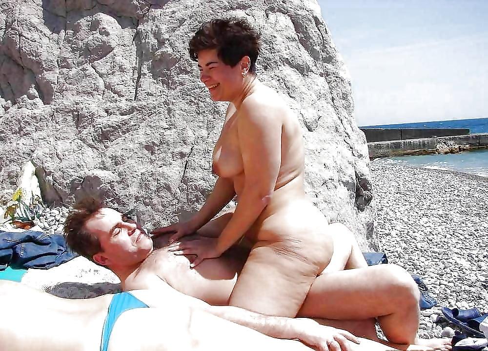 поласкав секс на пляже с зрелой женщиной она одном