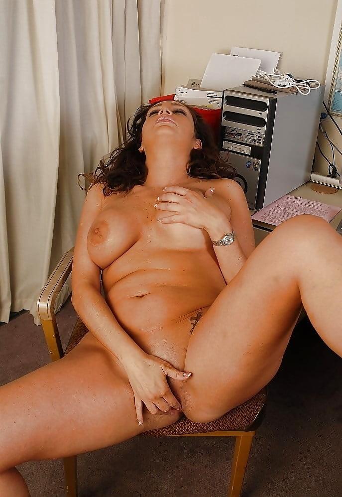 видео смотреть порно мамочки мастурбируют свою киску голые звёзды