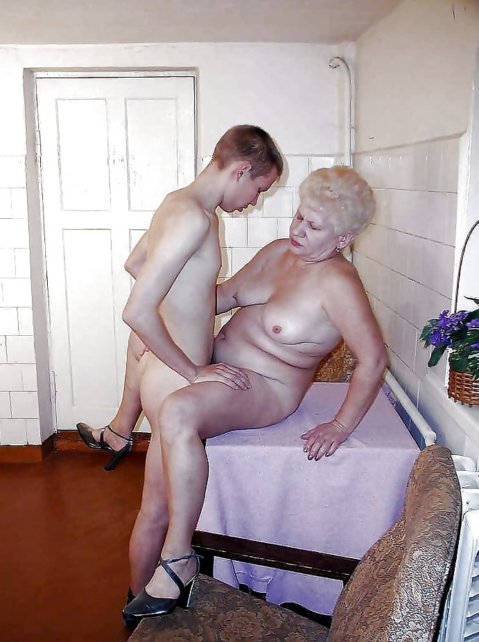 Boy caught masturbating by hot neighbour milf - XVideos