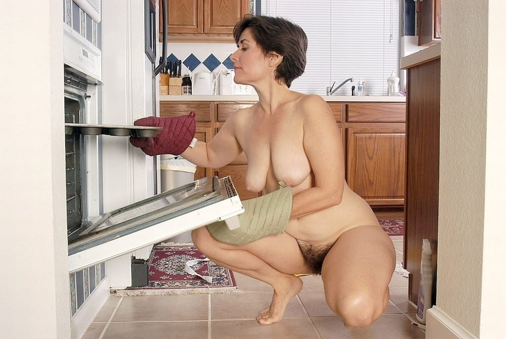 Nude mature women doing housework pictures — 1