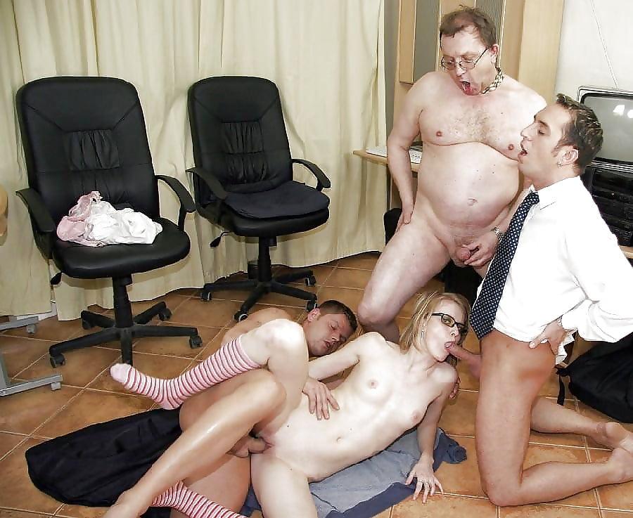 Порно групповуха в офисе секс пожилыми